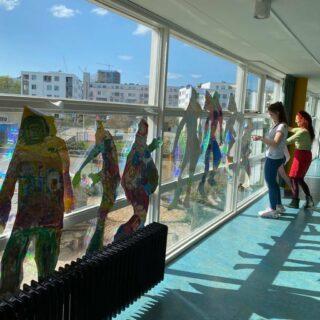 De kinderen hebben een omtrek van zichzelf gemaakt en kleurrijk versiert geïnspireerd op de kunstenaar Friedensreich Hundertwasser 🌈🎨