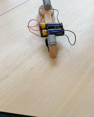Groepen 6 en 7 maakte vandaag borstel robots bij het Bredero college 🤖