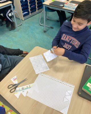 Groep 7 ging tijdens de rekenles eerst leren over het werk van kunstenaar Escher. Zij ontdekten met welke vormen je een vlakvulling kunt maken.  Vervolgens hebben de leerlingen hun eigen motief gemaakt. Hiermee hebben we paaseieren versiert. Middels schuifsymmetrie ontstonden er prachtige patronen! Het was even puzzelen, voor deze kunstenaars, maar ze mogen trots zijn op het proces en de resultaten!
